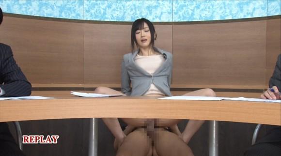 生本番中にニュースを読む女子アナがセックスしちゃってるキャプエロ画像 3613