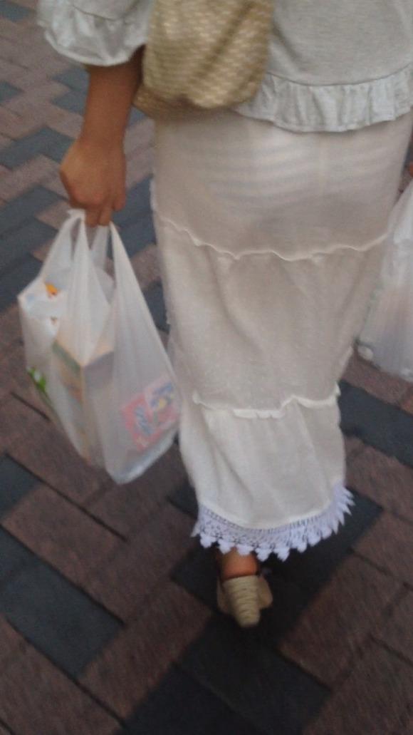 むっちりしたお尻と透けパンチラしてるお姉さん達の街撮りエロ画像 3624