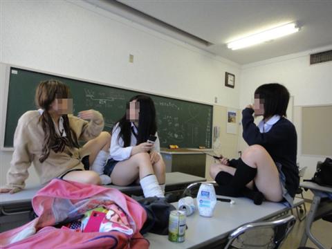 楽しそうな日常生活を送る女子校生のエロ画像 37