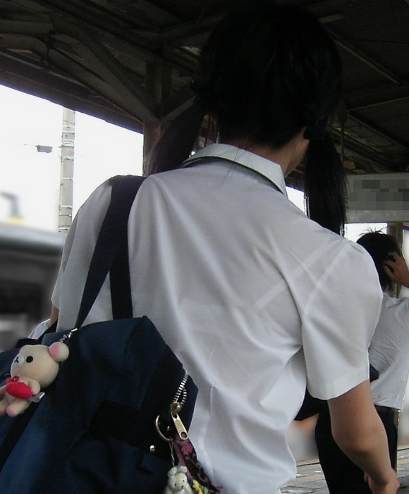 制服姿の女子校生が透けブラしてるエロ画像 372