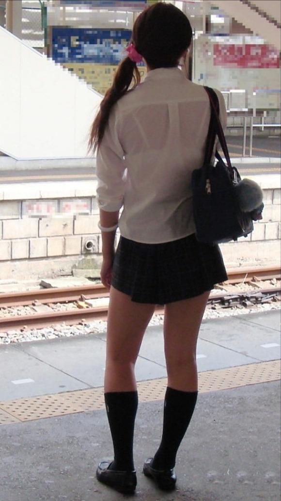 制服姿の女子校生が透けブラしてるエロ画像 401