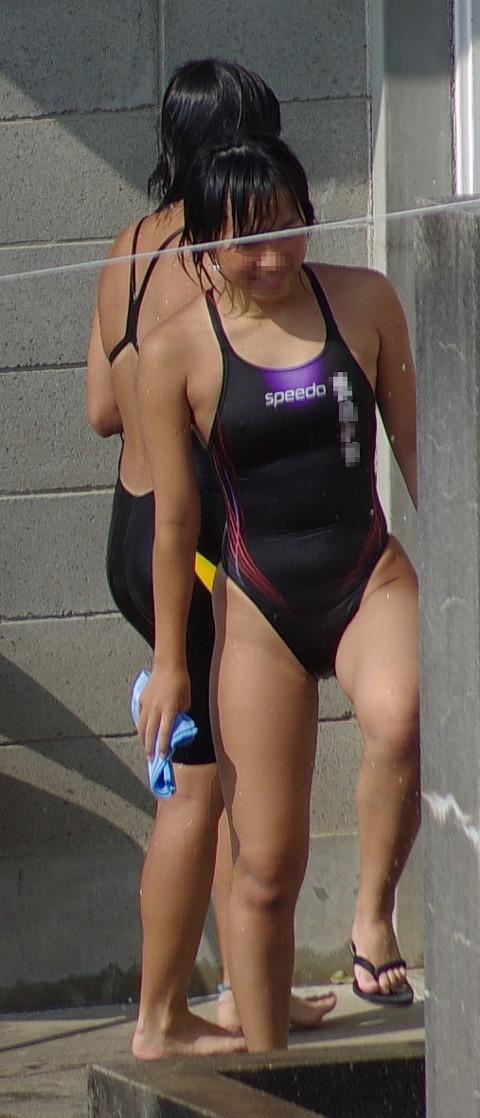 体を締め付ける競泳水着がより一層エロさを際立たせているエロ画像 425