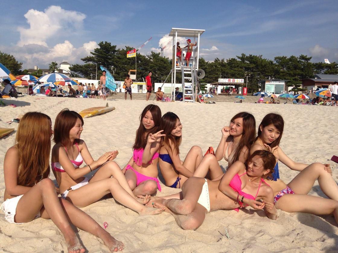 リア充な女子大生が海岸でビキニになってキャピキャピ遊んでるエロ画像 428