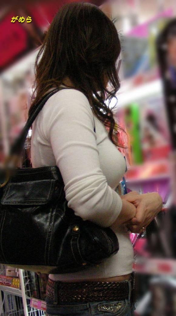 待で見かけた巨乳素人娘の着衣おっぱいとか胸チラのエロ画像 446