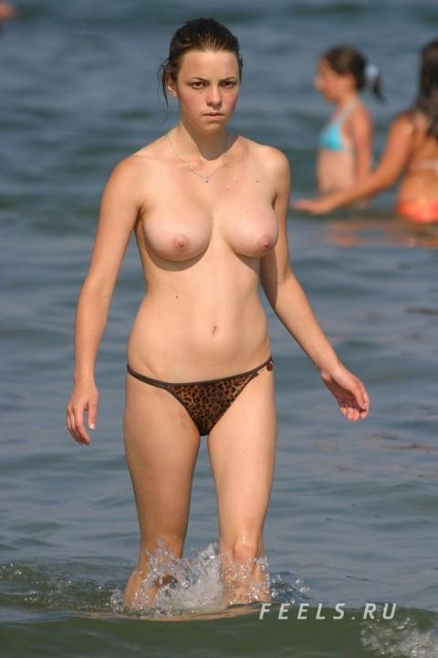 イケイケな素人の外人美女がヌーディストビーチでおっぱい露出してるエロ画像 49
