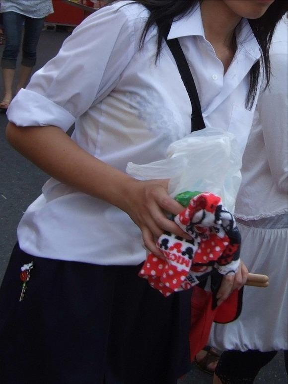 制服姿の女子校生が透けブラしてるエロ画像 55