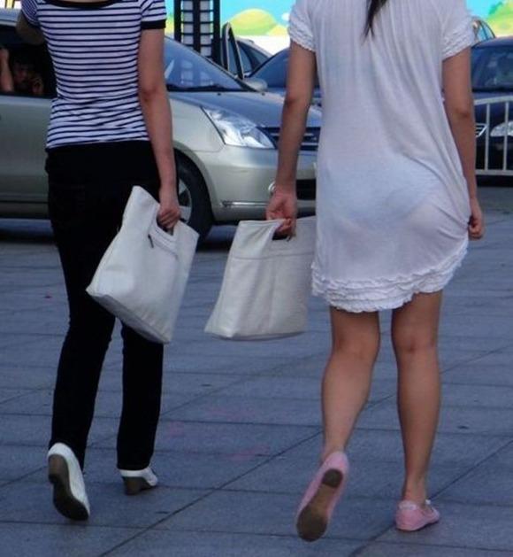 むっちりしたお尻と透けパンチラしてるお姉さん達の街撮りエロ画像 678