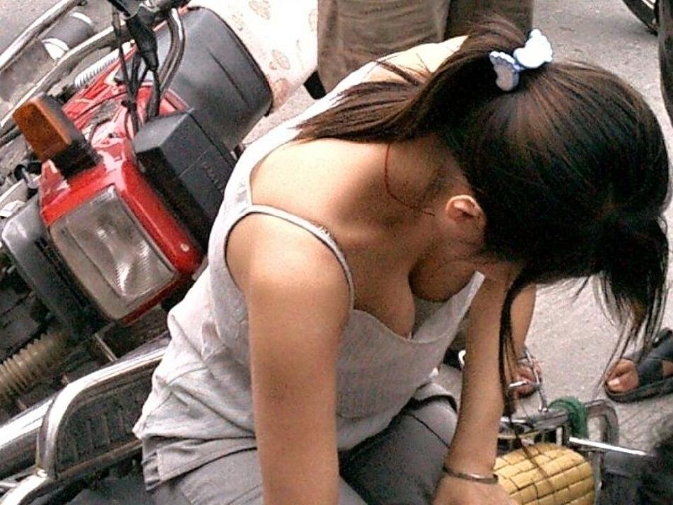 街撮りしたお姉さんの胸チラを集めてみた素人エロ画像 715