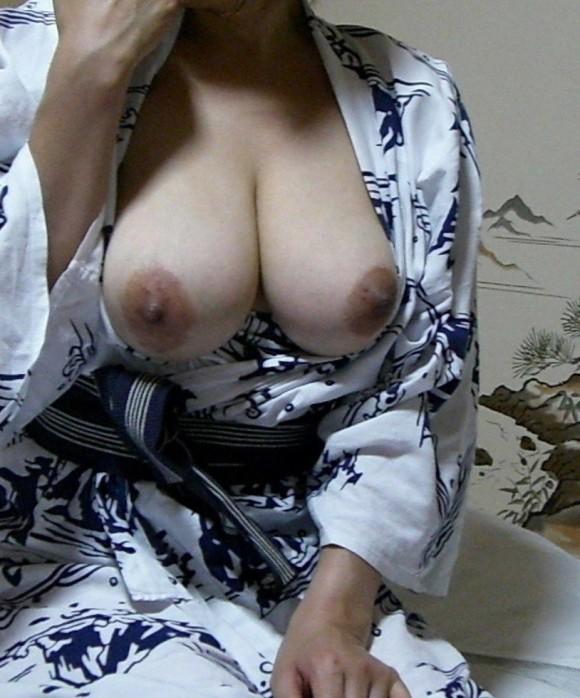 彼氏とのお泊り旅行先の旅館で浴衣になってセクロスしちゃった素人娘のエロ画像 811