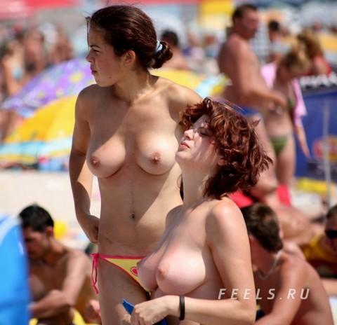 イケイケな素人の外人美女がヌーディストビーチでおっぱい露出してるエロ画像 89