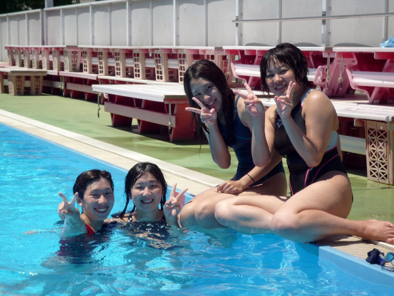 体を締め付ける競泳水着がより一層エロさを際立たせているエロ画像 926