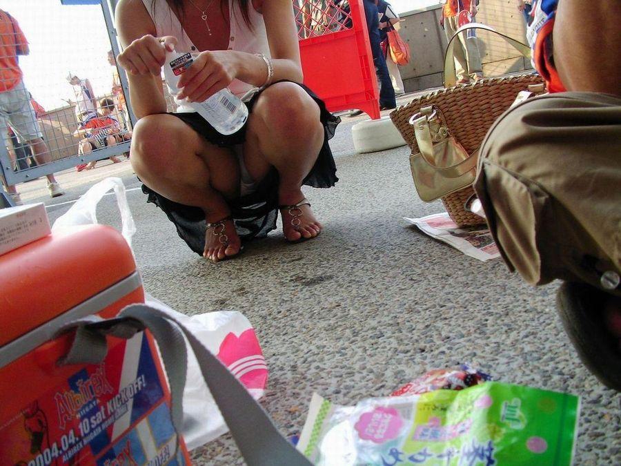 街角で撮影された素人娘の汗が染み込んだパンチラ画像 928