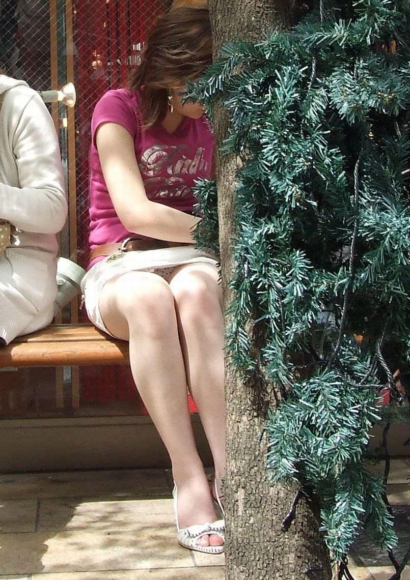 偶然見えてしまったスカートから覗くお姉さんのパンチラ画像 1186