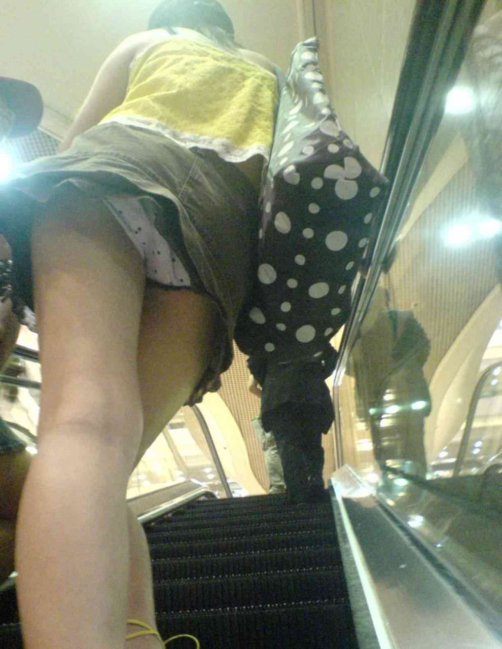 階段の下からのアングルで激写された素人娘のパンチラ画像 1194