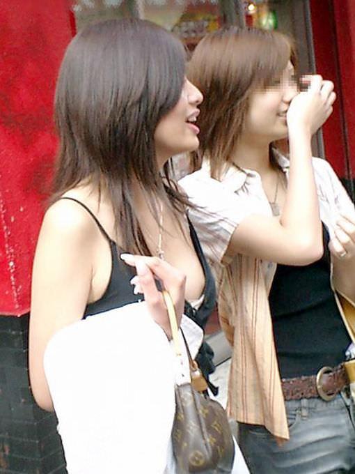 胸チラして谷間が見えちゃってる素人娘の街撮りエロ画像 1202