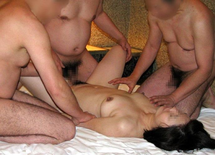 性奴隷の様に扱われ肉便器と化した女の乱交エロ画像 122