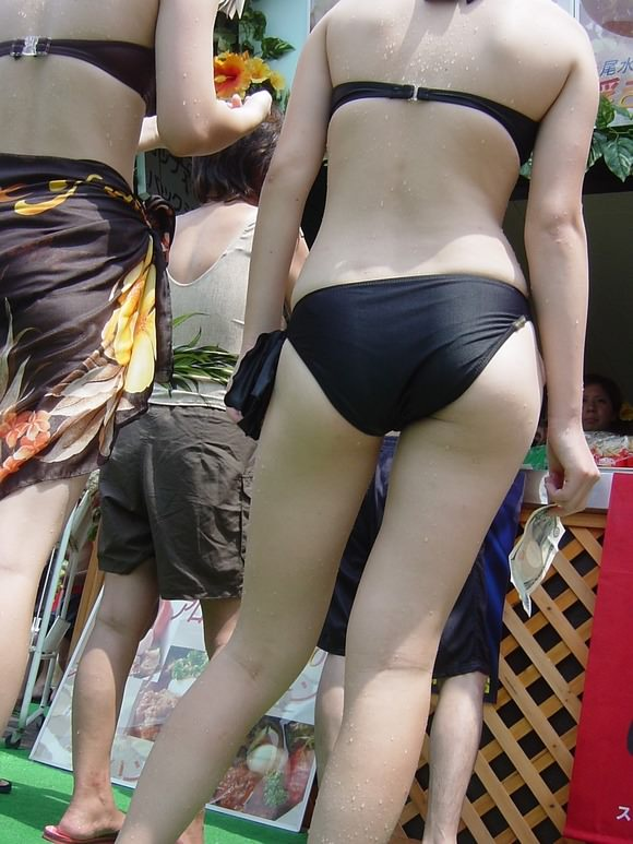 夏の陽気に水辺ではしゃぎ始めるビキニギャルたちのエロ画像 1573