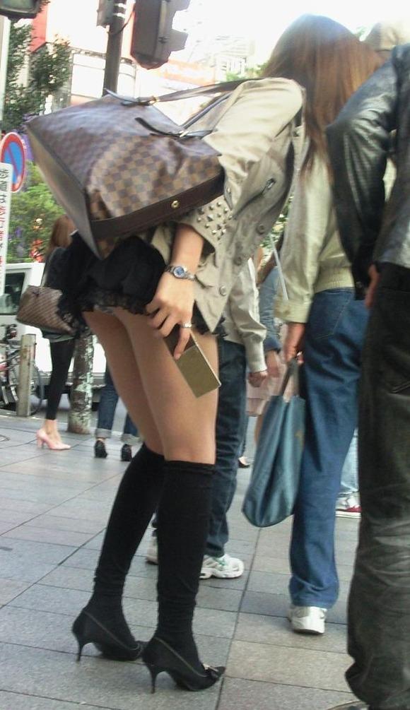 街撮りされた素人娘たちのパンチラとか太もものエロ画像 205