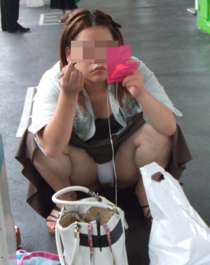 街なかで激写されたお姉さんたちのしゃがみパンチラ画像 2058