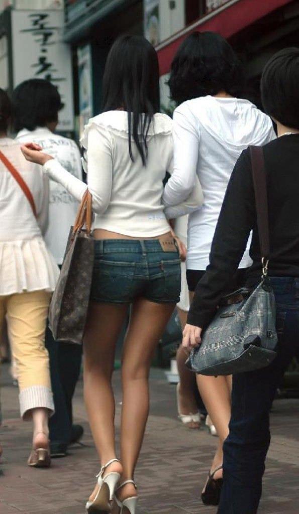 むっちり太ももが露わになるホットパンツを履いた素人娘の街撮りエロ画像 2064