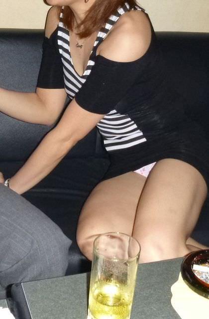 お酒の席で気が緩んだ女子大生のパンチラ画像 21105