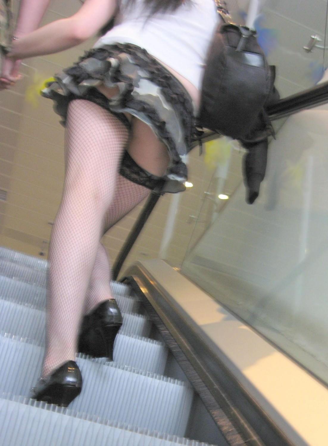 階段の下からのアングルで激写された素人娘のパンチラ画像 2162
