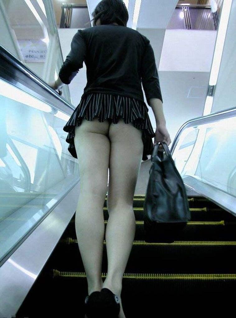 階段の下からのアングルで激写された素人娘のパンチラ画像 2163