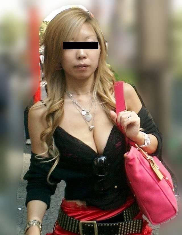 胸チラして谷間が見えちゃってる素人娘の街撮りエロ画像 2169