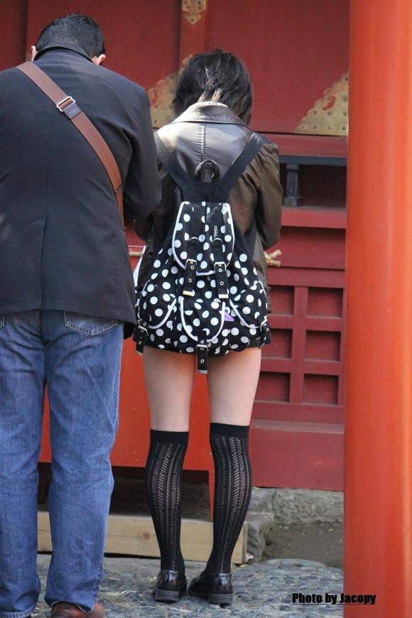 街撮りされた素人娘たちのパンチラとか太もものエロ画像 217