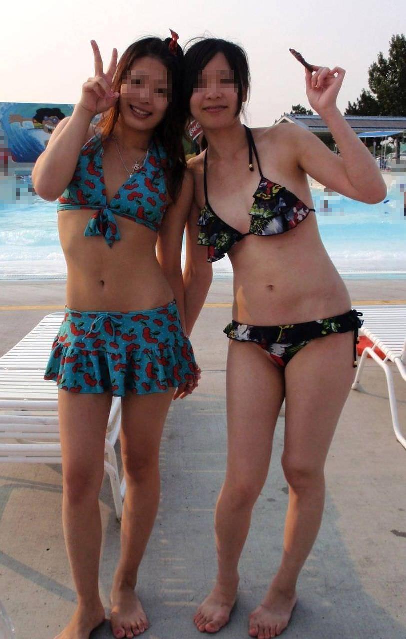 ナンパ待ちのビキニ姿の水着娘が海岸でポーズ決めてるエロ画像 2173