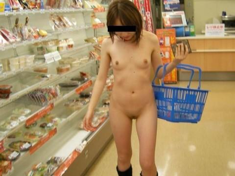 ただ脱ぎたいだけのシンプルな理由で裸になる露出狂女のエロ画像 2228