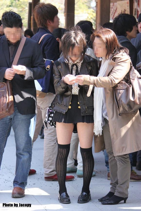 街撮りされた素人娘たちのパンチラとか太もものエロ画像 223