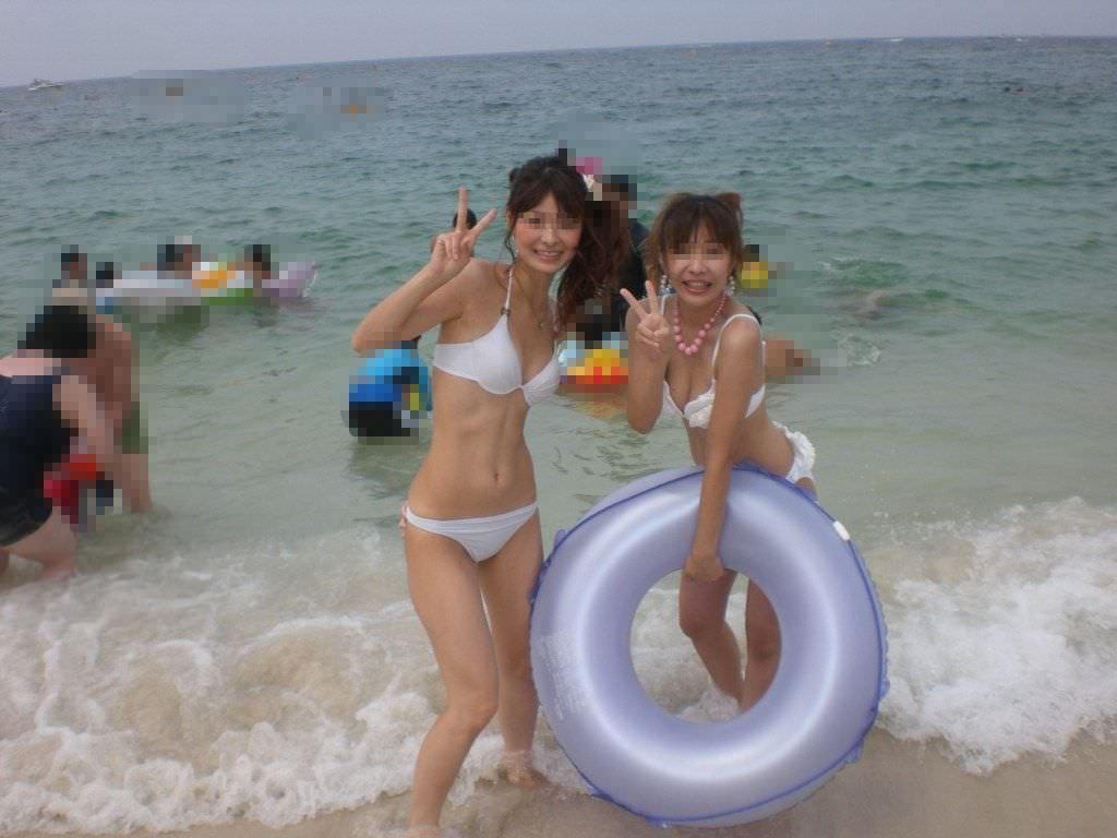 ナンパ待ちのビキニ姿の水着娘が海岸でポーズ決めてるエロ画像 2240