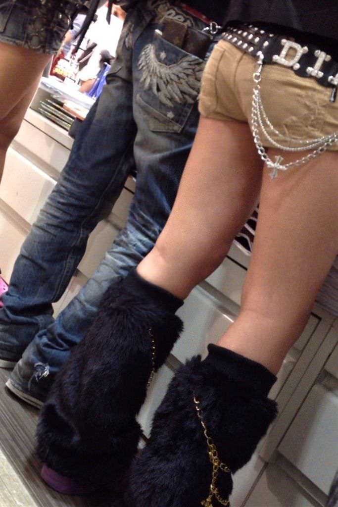 むっちり太ももが露わになるホットパンツを履いた素人娘の街撮りエロ画像 2246