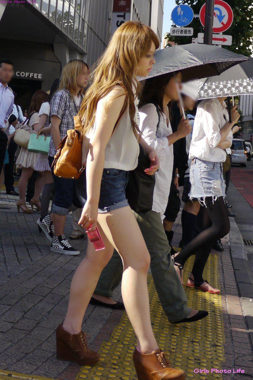 むっちり太ももが露わになるホットパンツを履いた素人娘の街撮りエロ画像 2341