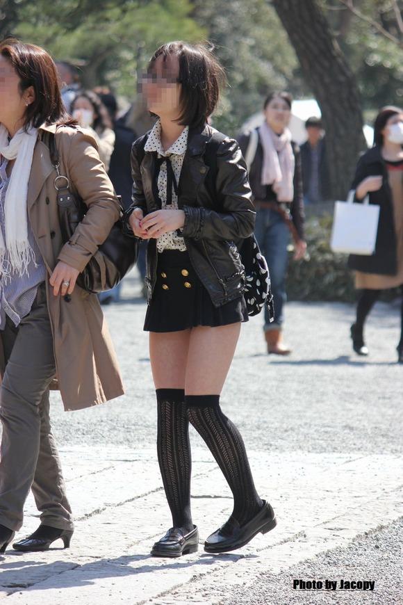 街撮りされた素人娘たちのパンチラとか太もものエロ画像 243