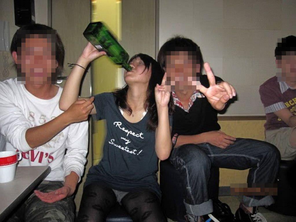 お酒の席で気が緩んだ女子大生のパンチラ画像 2533