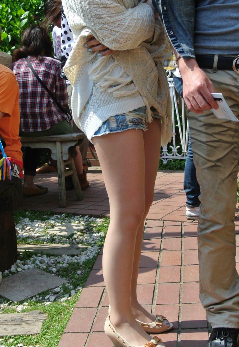 むっちり太ももが露わになるホットパンツを履いた素人娘の街撮りエロ画像 2726