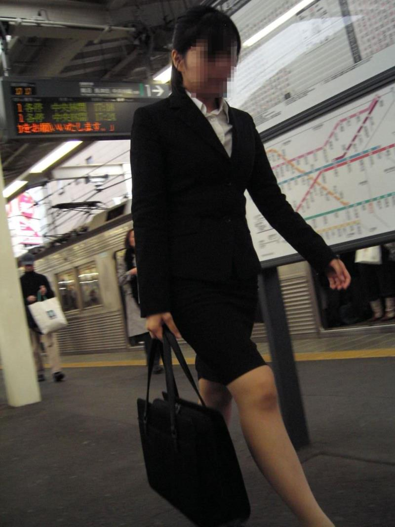 タイトスカートを履いた素人OLの街撮りエロ画像 2817