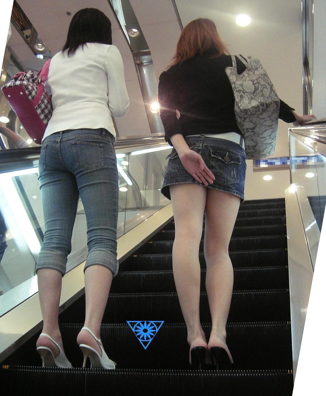 階段の下からのアングルで激写された素人娘のパンチラ画像 2819