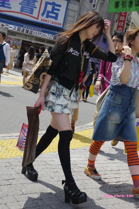 街撮りされた素人娘たちのパンチラとか太もものエロ画像 282