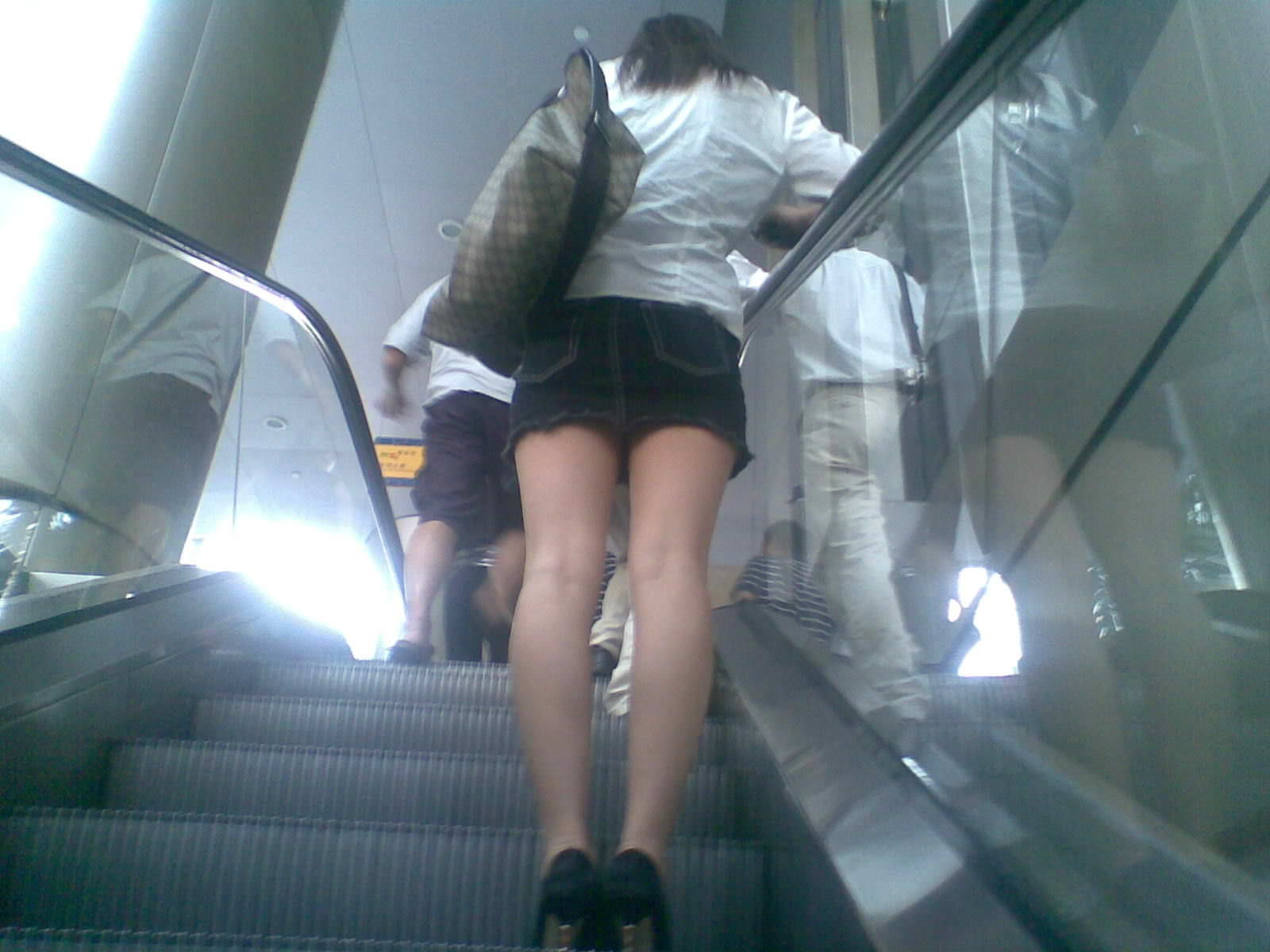階段の下からのアングルで激写された素人娘のパンチラ画像 2919