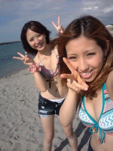 ナンパ待ちのビキニ姿の水着娘が海岸でポーズ決めてるエロ画像 2922
