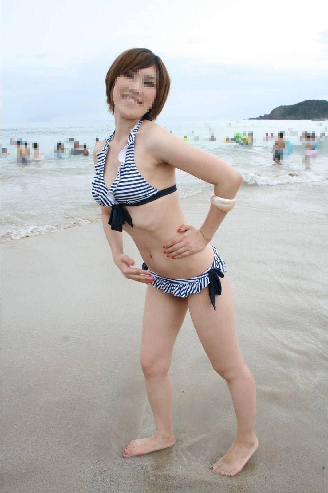 ナンパ待ちのビキニ姿の水着娘が海岸でポーズ決めてるエロ画像 3118