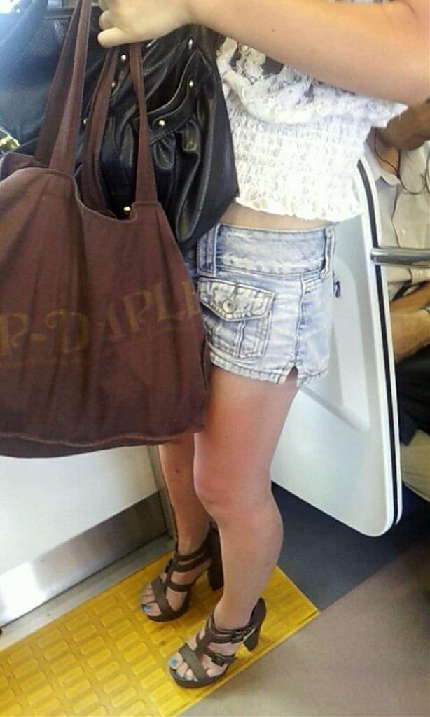 むっちり太ももが露わになるホットパンツを履いた素人娘の街撮りエロ画像 3131