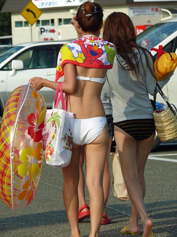 ビキニ娘が多発するこの季節だけはモテないキモメンが女体のリアル素肌を見ることが出来るエロ画像 343