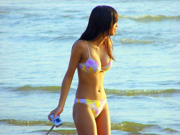 ビキニ娘が多発するこの季節だけはモテないキモメンが女体のリアル素肌を見ることが出来るエロ画像 353