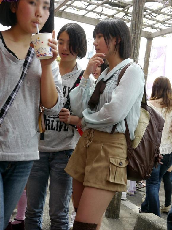 街撮りされた素人娘たちのパンチラとか太もものエロ画像 391