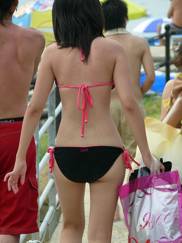 ビキニ娘が多発するこの季節だけはモテないキモメンが女体のリアル素肌を見ることが出来るエロ画像 401