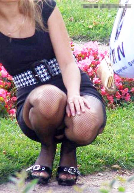 偶然見えてしまったスカートから覗くお姉さんのパンチラ画像 454